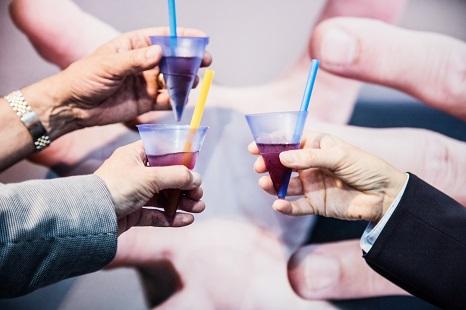 Partner der Stoßen mit Getränken an