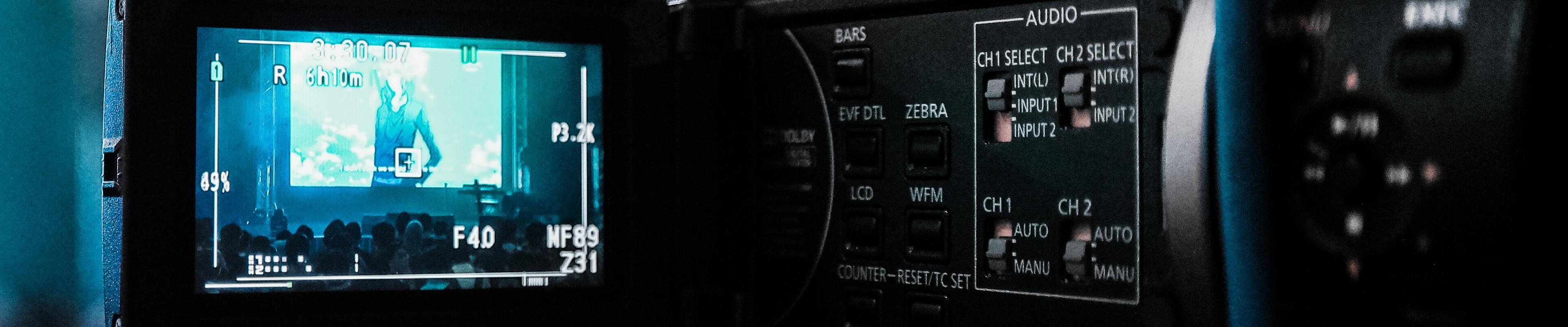 Professionelle Videokamera beim Filmen einer Veranstaltung